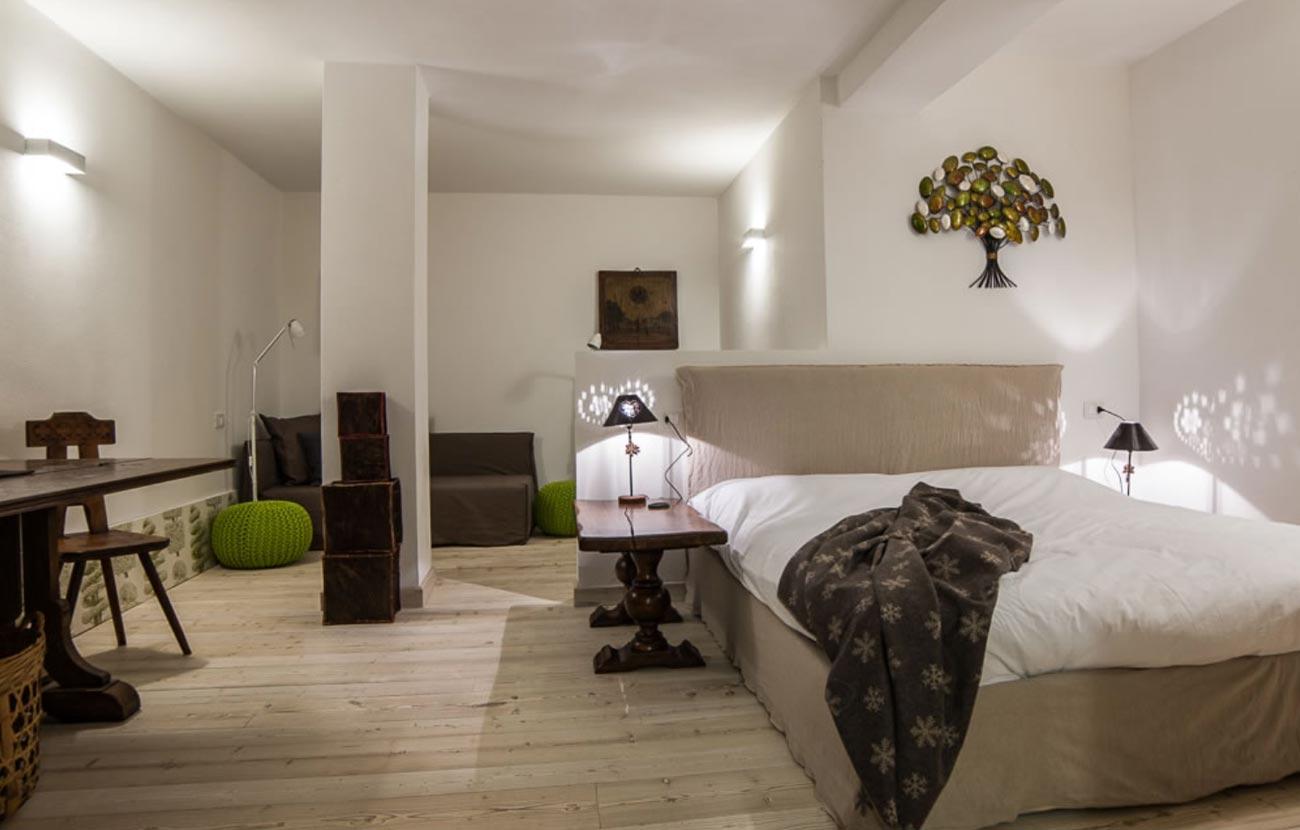 B&B Dimora al Bivacco camera con letto matrimoniale, tavolino e sedie