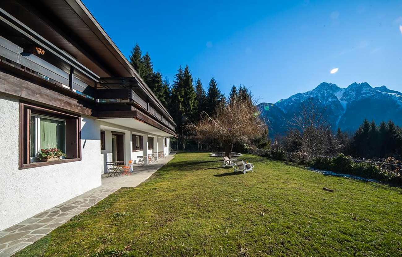 B&B Dimora al Bivacco, panorama esterno, sdraio e prato di fronte alle montagne