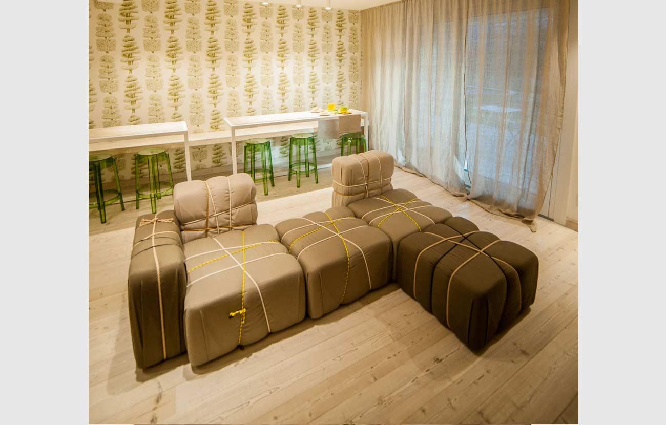B&B Dimora al Bivacco angolo sala colazione con pouf Mogg e grande tavolo con sedie