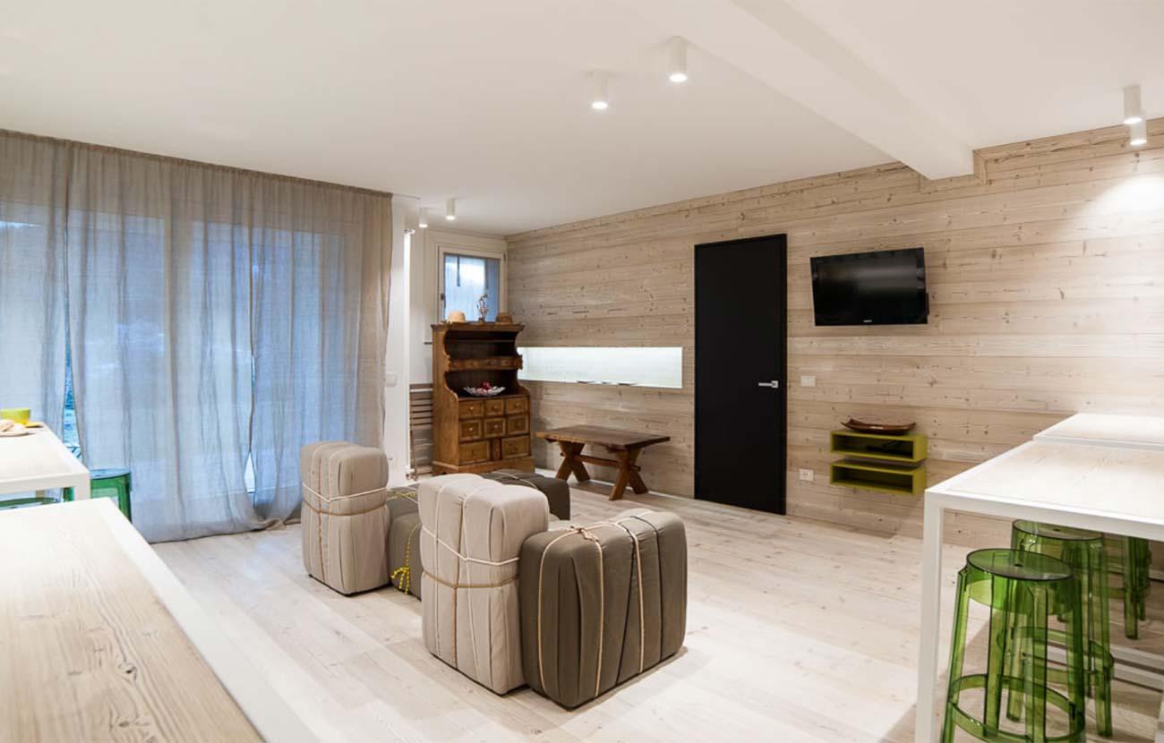 B&B Dimora al Bivacco sala colazione, pareti di legno chiaro, grande finestra