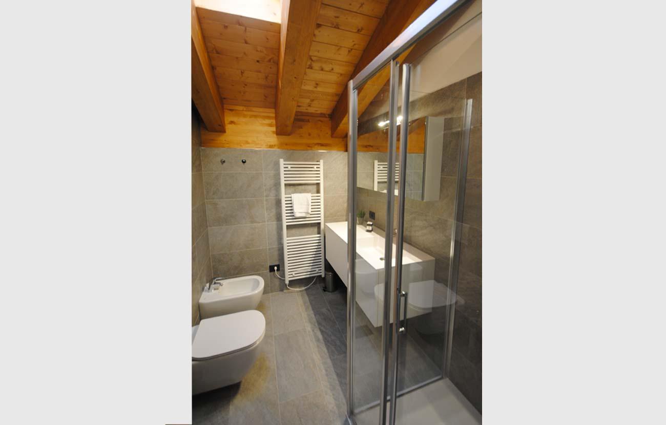 Bagno appartamento B&B con travi a vista e sanitari moderni