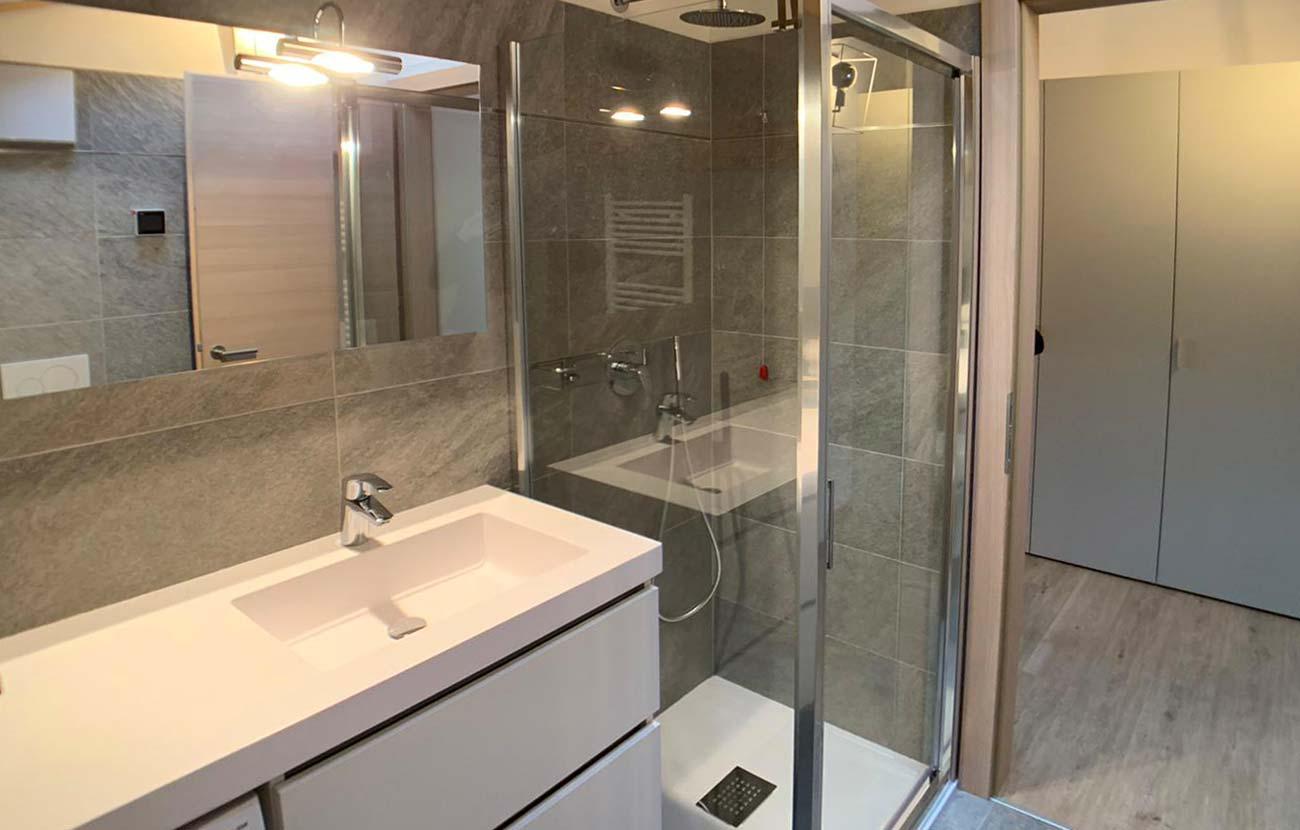 Bagno appartamento B&B con lavabo, specchio e doccia