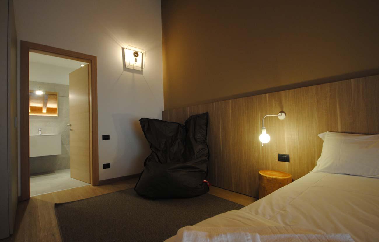Camera da letto appartamento B&B, letto matrimoniale e comodino