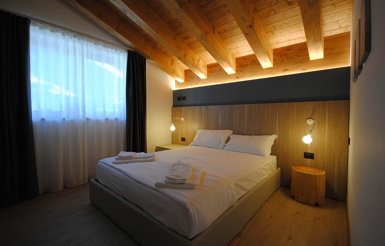 Camera da letto appartamento B&B, letto matrimoniale e grande finestra