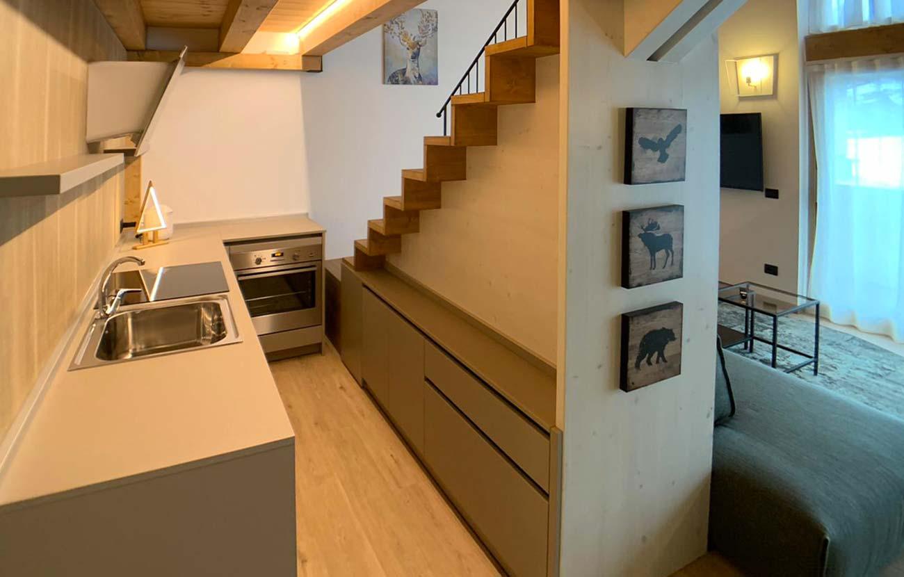 Particolare cucina appartamento B&B dietro la scala