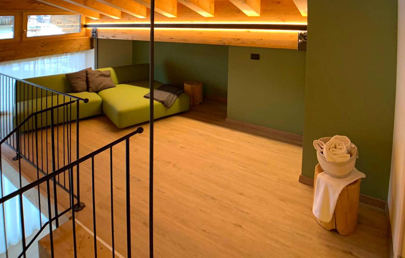 Soppalco appartamento B&B con poltrona verde
