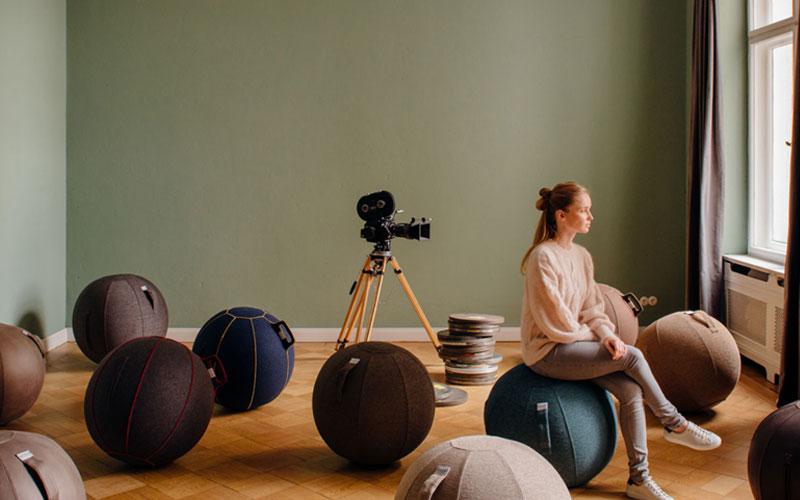 Vluv la sedia a forma di palla Realizzata in più materiali, dal cotone alla lana, dal pile alla pelle sintetica