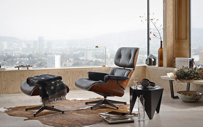 La chaise long di Ray Eames ambientata in un salotto con grandi vetrate
