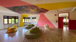 La scuola nel bosco piano terra con stampa fiori sul soffitto.